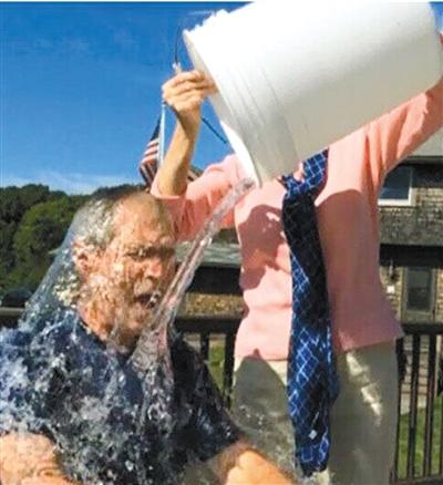 美国前总统小布什。妻子劳拉将冰水泼下。