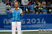 图文:徐诗霖夺网球女单冠军 徐诗霖展示金牌