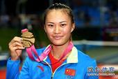 图文:徐诗霖夺网球女单冠军 徐诗霖高举金牌