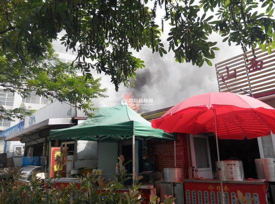 青岛大学旁一沿街板房起火 超市房顶被烧穿(图)