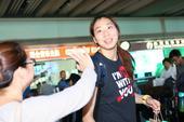 图文:中国女排结束比赛回国 杨珺箐在机场