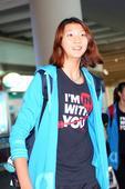 图文:中国女排结束比赛回国 袁心玥在机场