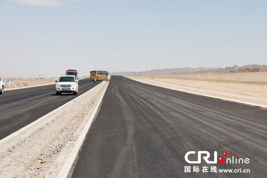 瓜州至敦煌公路改建工程 摄影:陈杰