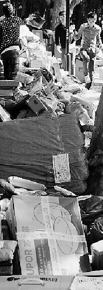 各大快递公司在浙大校园里搭起了临时的棚子,用来存放铺天盖地的快件。 本报资料图
