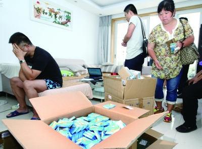 8月25日,长沙市公安局治安支队食品安全大队联合长沙市食品药品监督管理局,捣毁了一个网络售卖假冒进口药品的黑窝点。记者 赵持 摄