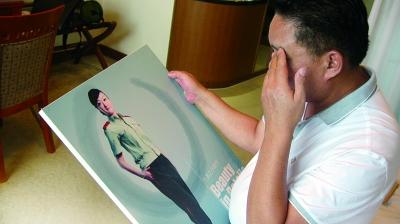 看着女儿卢晓琴过去的照片,卢锡德忍不住掉下眼泪 摄/法制晚报特派东阳记者 洪雪