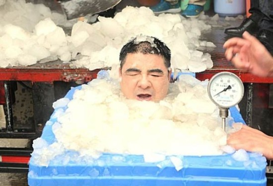 图为陈光标冰桶挑战。