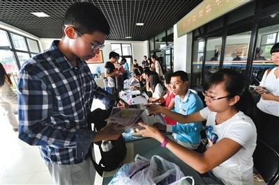 """今天,清华大学将迎来今年3500多名新生中的""""大部队"""",本届新生中,第一次出现""""00后"""",并有七对双胞胎。"""