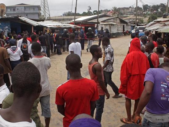 埃博拉疫情在西非如滚雪球一般扩散。