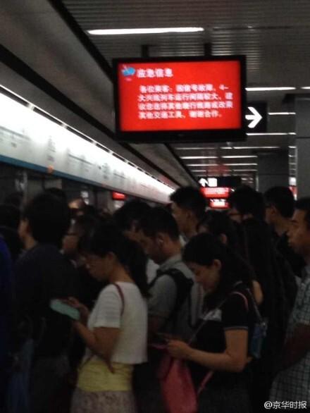 拥堵的地铁站现场。来源:京华时报