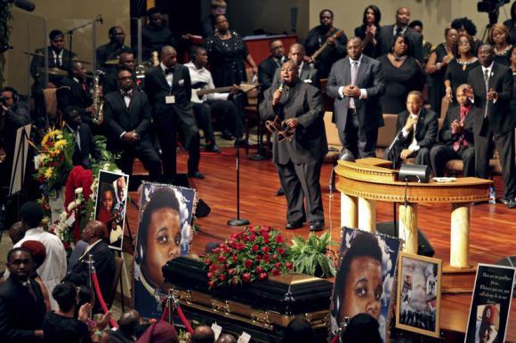 遭白人警察枪杀的黑人青年迈克尔・布朗的葬礼在美国密苏里州圣路易斯一间教堂举行