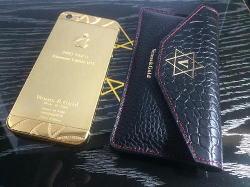 该款手机还配备一款超奢华皮套,采用法国顶级牛皮及鳄鱼皮缝制而成。