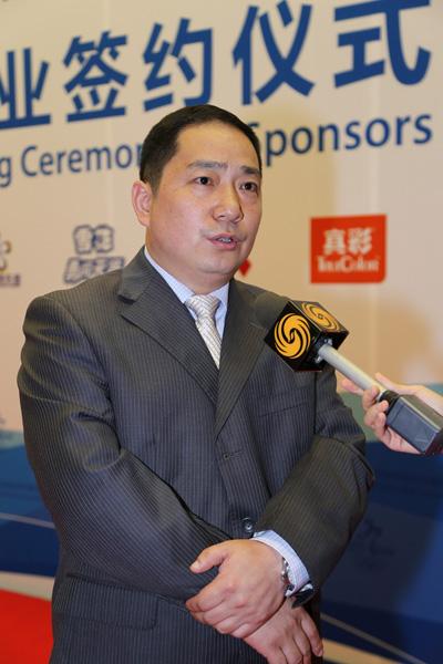 雪花啤酒营销中心总经理曾申平在签约仪式现场接受媒体采访