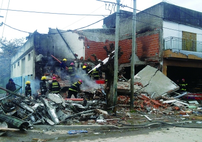 消防人员正在被爆炸摧毁的华人超市展开救援 图/CFP