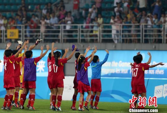 图为中国女足摘得南京青奥会金牌。 泱波 摄