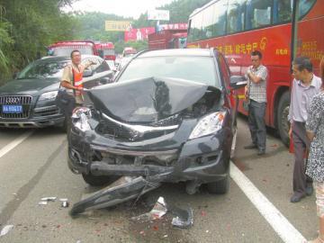 四川成渝高速两客车追尾致19车连环相撞 1死4伤