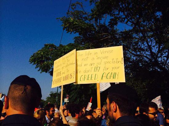 打头阵的示威者手举的牌子