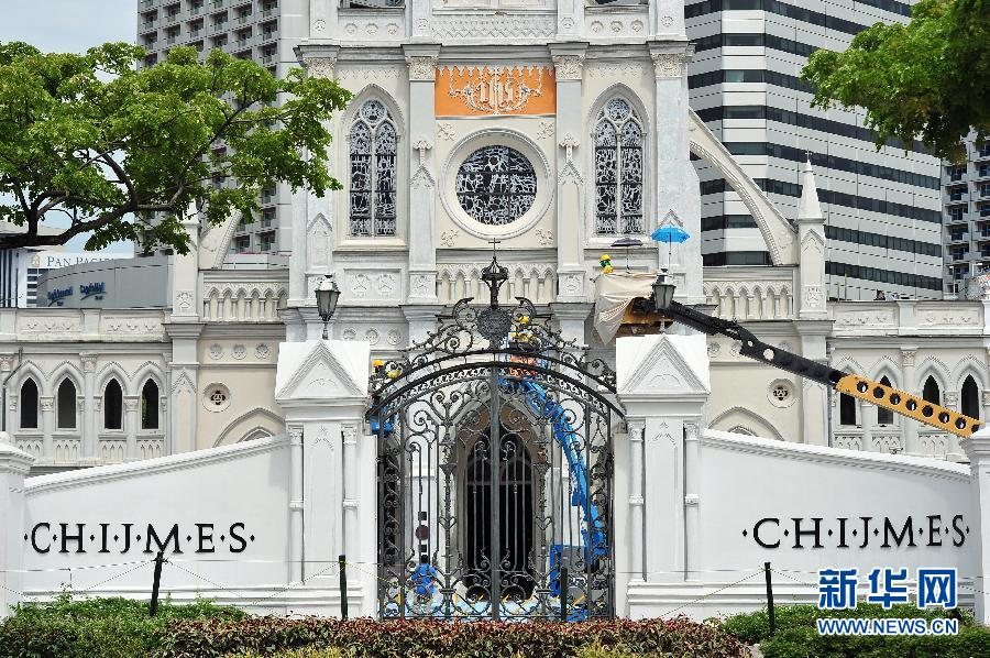 8月27日,工作人员在新加坡赞美坊教堂古楼外做粉刷工作。 当日,工作人员开始为这座有159年历史的古建筑进行翻新。新华社发(邓智炜摄)