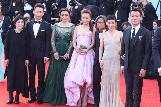 《亲爱的》主创陈可辛、赵薇、郝蕾、佟大为、张译等集体亮相,成为红毯上最耀眼的华人星光。