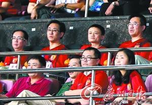 许家印和马云现场看球。 廖艺 摄