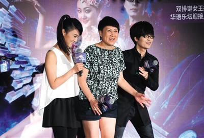 王小玮和王小海结婚.王小玮与王小海两人均以全身白色演...