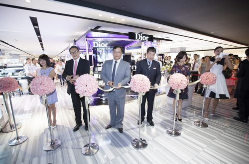 迪奥彩妆概念店揭幕现场剪裁环节
