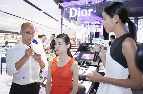 迪奥中国区首席彩妆师林云现场演绎妆容技巧