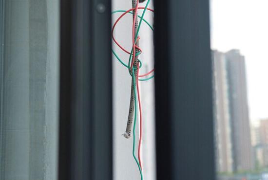 安全绳被割断吊在半空