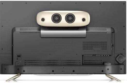 """背面是黑色塑料面板,而带有重低音功能的""""音霸""""蓝牙音箱既可独立使用,同时也可以挂置于电视背板上,既节省空间同时不影响音效发挥。现场笔者可以逼真的感受到浑厚纯真的音效。"""