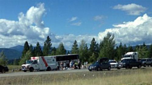 图为车祸现场,已经有一辆救护车抵达。