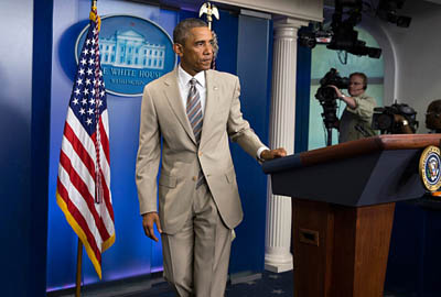 当地时间8月28日,奥巴马身着灰褐色套装出席白宫新闻发布会。(图片来源:美国媒体)