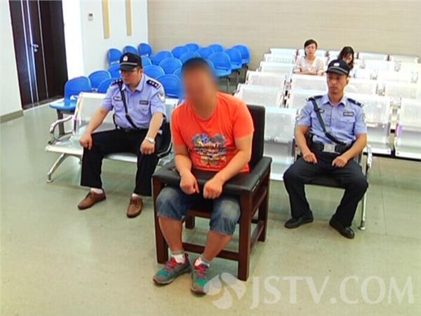 男子驾车强行冲卡 致民警受伤被判刑