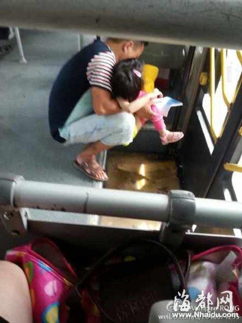 73路公交车乘客抱着孩子把尿-男子公交车上抱着孩子把尿 引发网友热高清图片