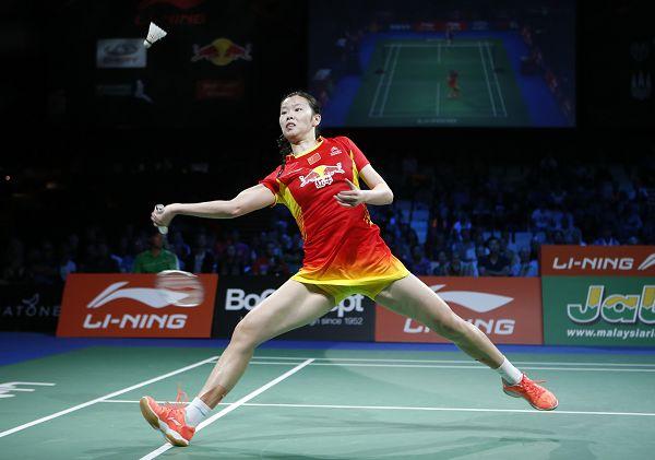 图文:2014羽毛球世锦赛 李雪芮后仰回球