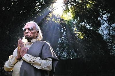 瑜伽宗师艾扬格生前练习瑜伽冥想时的照片。