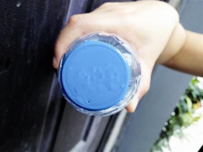 楚天都市报讯 图为:矿泉水瓶盖上的针孔