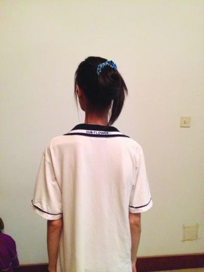 像衣架一样的肩膀。