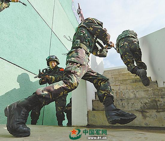 原文配图:在城市反恐演习中,中方特战队员快速出击控制楼内的恐怖分子。