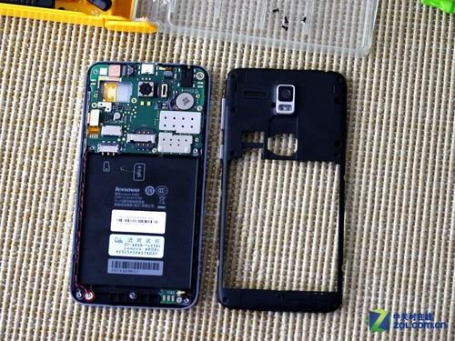 拆下中框之后的效果,这时候整个主板部位都已经露出来。可以看到它的主板就在电池仓上方,占据了不到一半的面积。大体扫去的话,后置摄像头,SIM卡/SD卡,排线等组成零件一览无余。
