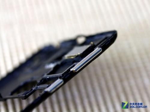 音量调节按键和电源按键同样被设计在中框之中,并采用卡扣式设计,这样的好处是在拆机之后按键不会意外脱落丢失。而且假如未来想要更换按键的情况下,也能够很好的进行取下更换。