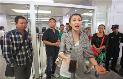 昨日,中联航KN5216次航班一位女乘客在南苑机场提取行李处讲述自己的遭遇。该航班在飞行过程中多名乘客吸烟,引起同机其他乘客不满。