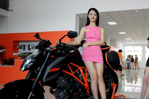 青岛骚_青岛重型摩托车队壮观巡游 机车美女抢眼(组图)