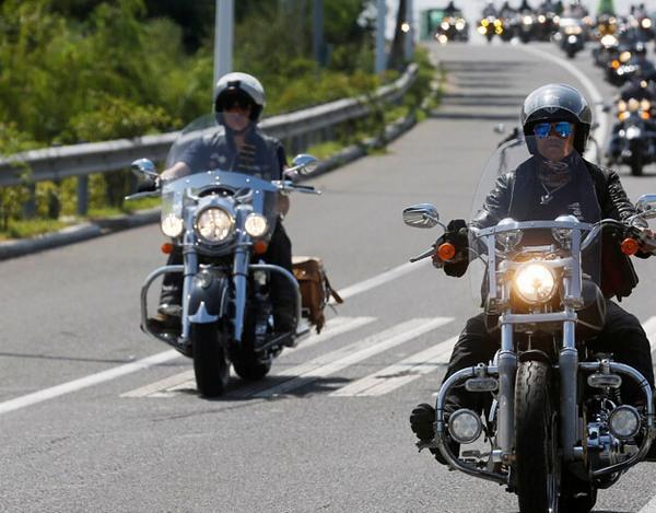青岛重型摩托车队壮观巡游 机车美女抢眼 组图图片