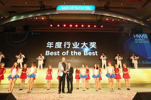 屈臣氏中国行政总裁罗敬仁先生为宝洁颁发年度行业大奖