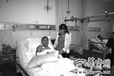 李燃受伤,母亲陪护在病床前 华商报特派郧西记者 魏光敬 摄