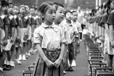 昨天的清華大學附屬小學開學典禮上,一年級新生神情懵懂。京華時報記者朱嘉磊攝