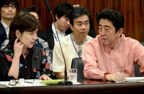 资料图:稻田朋美与日本首相安倍晋三关系密切。