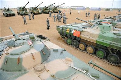 资料图:8月21日,在朱日和基地,中外参演部队代表在装备展览交流活动现场参观中国人民解放军装备。