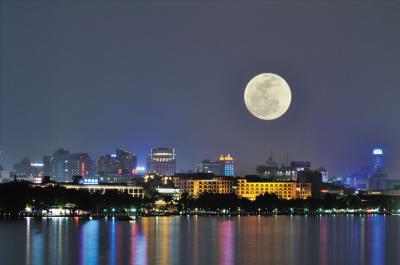 青岛崂山   推荐理由:天上的月与水中的月交相辉映,水生光,月更明