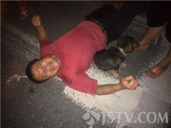 """南京:出租车路口""""撞了""""聋哑人,司机特郁闷(组图)"""